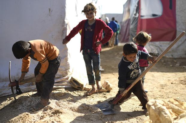 Kinder in einem Flüchtlingslager in der Bekaa-Ebene nahe zur syrischen Grenze.