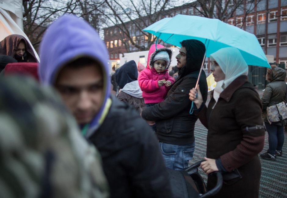 Flüchtlinge warten in Berlin vor dem Landesamt für Gesundheit und Soziales.