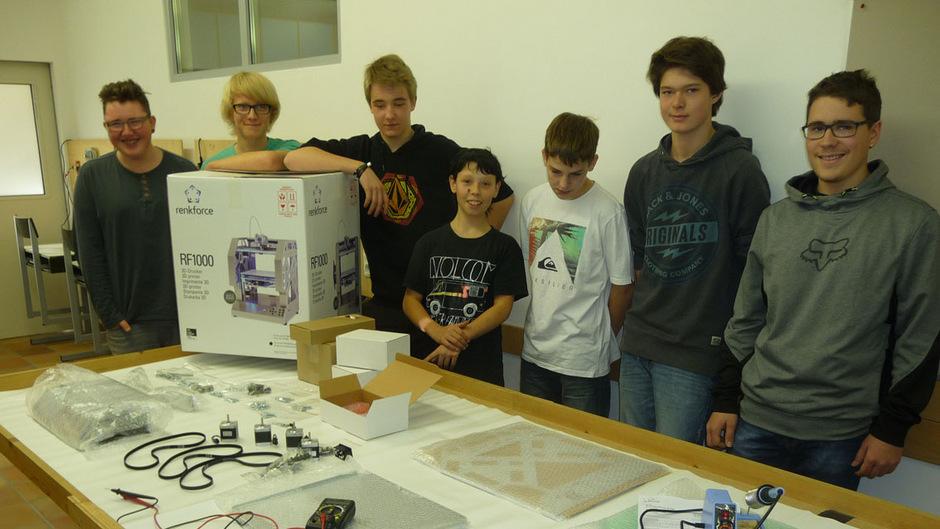 Die Schüler stehen vor einer großen Herausforderung – aus den vielen Kleinteilen soll zum Schluss ein 3D-Drucker werden.