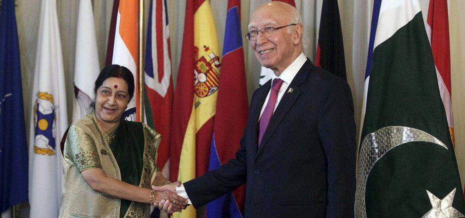 Pakistans Außenminister Sartaj Aziz (R) und seine indische Amtskollegin Sushma Swara wollen die  vor sieben Jahren ausgesetzten Friedensgespräche wieder aufzunehmen.