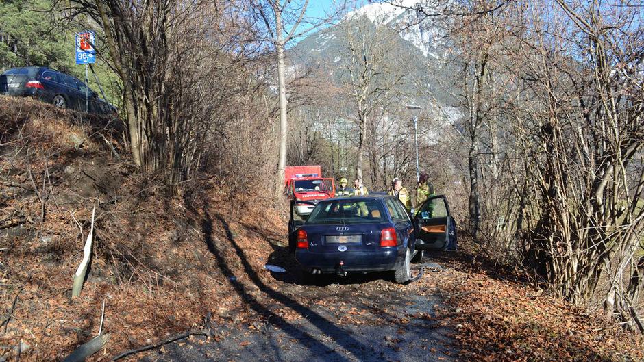 Der Wagen stürzte über die Böschung und blieb auf einem darunter liegenden Weg zum Liegen.
