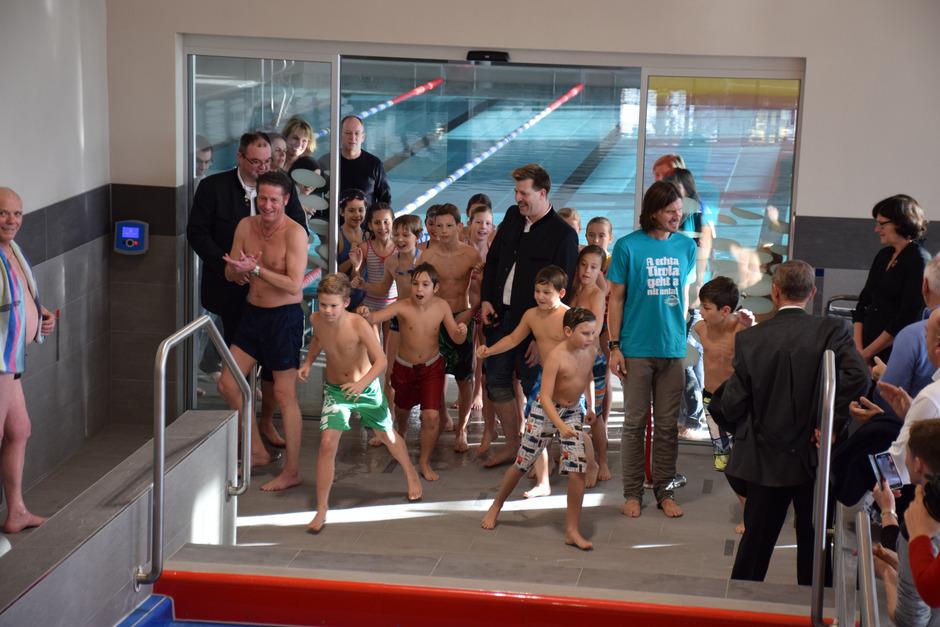 Kaum war das rote Band von den beiden Geschäftsführern Leo Hofinger (M.) und Klaus Kogler (blaues T-Shirt) durchschnitten worden, übernahmen die Kinder das Kommando im neuen Spaß- und Funbereich.