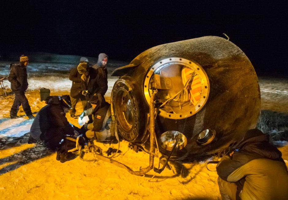 Der US-Astronaut Kjell Lindgren, sein japanischer Kollege Kimiya Yui und der russische Kosmonaut Oleg Kononenko landeten in einer Sojus-Kapsel in der verschneiten kasachischen Steppe.