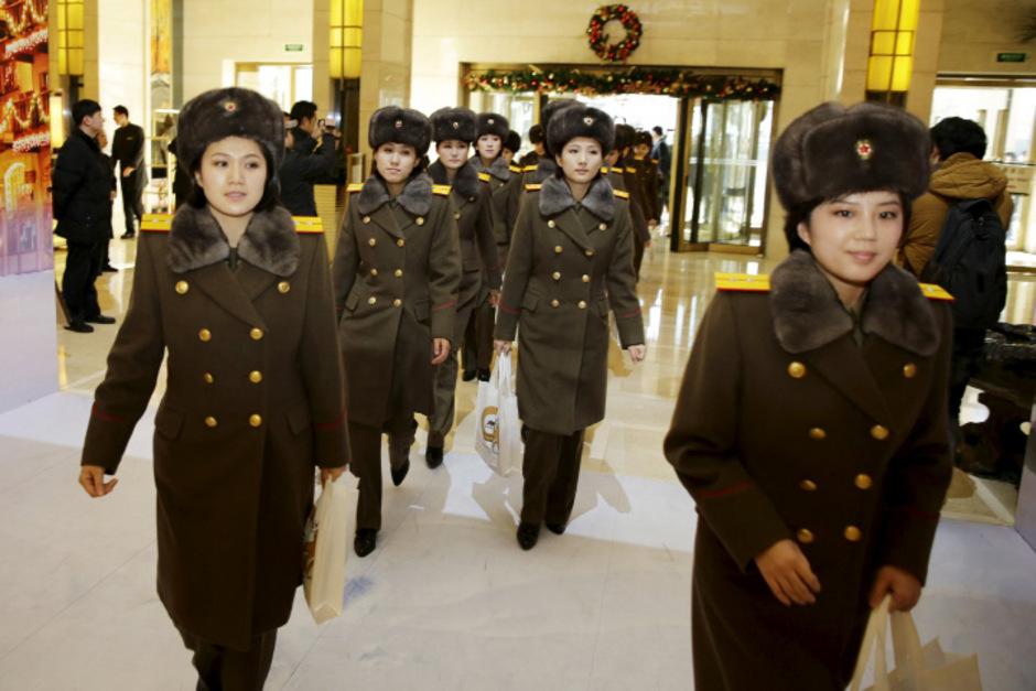 Mitglieder der Pop-Gruppe kommen im Hotel in Beijing an.