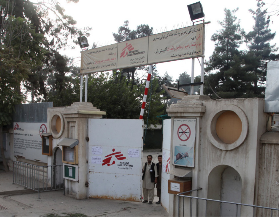 Wachen stehen vor dem Krankenhaus in Kunduz, das in der Nacht auf Samstag von einer Bombe getroffen wurde.