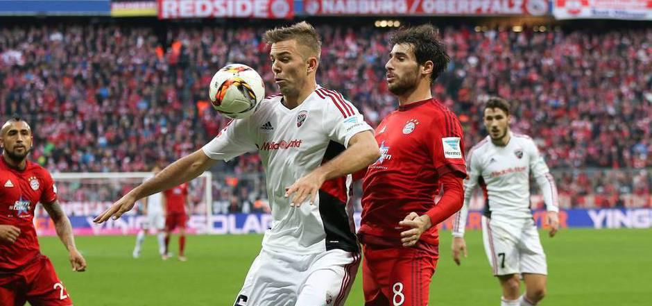 Der Tiroler Lukas Hinterseer (l.) im Duell mit Bayern-Star Javi Martinez.