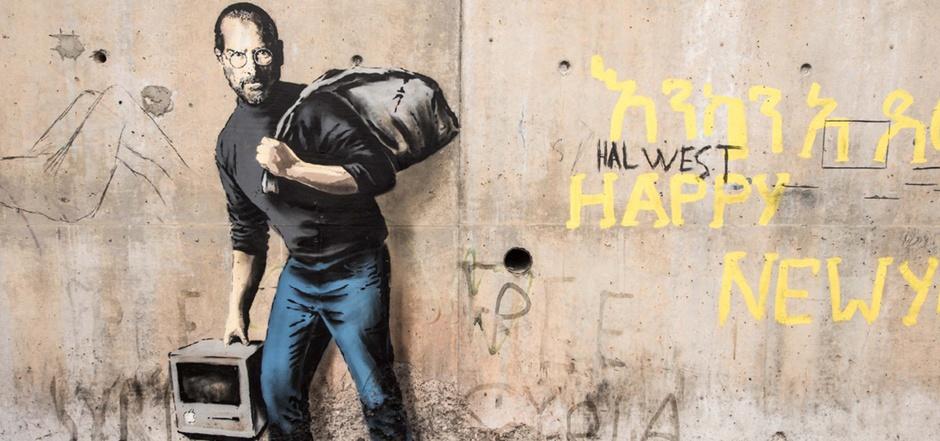 """Streetart-Künstler Banksy verewigte im """"Dschungel""""-Camp bei Calais Apple-Gründers Steve Jobs."""