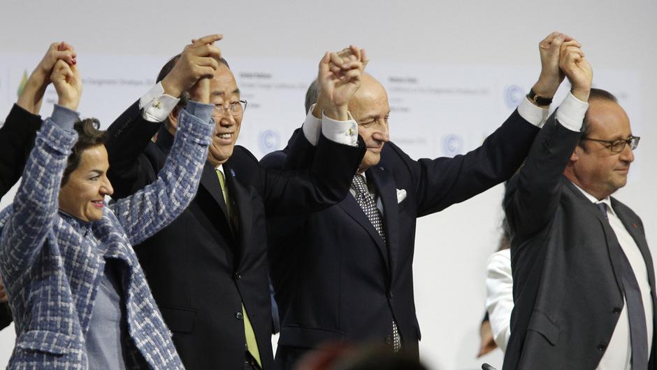Erleichterung nach dem Verhandlungsmarathon und Jubel nach dem offiziellen Beschluss des Klimaabkommens: UNO-Klimachefin Christiana Figueres, UN-Generalsekretär Ban Ki-moon, Konferenzleiter Laurent Fabius und Frankreichs Präsident François Hollande (v.l.)