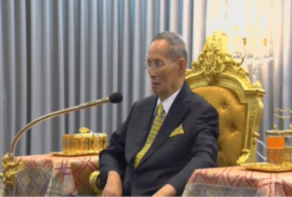 Aktuelle Aufnahmen zeigen König Bhumibol bei einer öffentlichen Zeremonie.