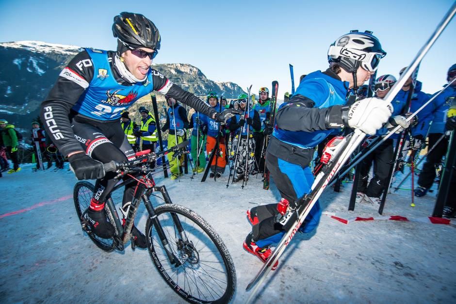 """Jede Sekunde zählt beim Staffelbewerb Rise&amp;Fall. Hinauf geht's den Berg mit Tourenski und Bike, hinab mit dem Gleitschirm und Ski.<span class=""""TT11_Fotohinweis"""">Foto: Werlberger</span>"""
