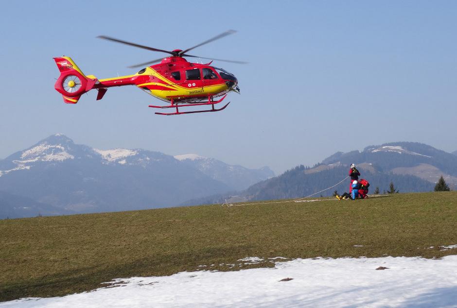 Der Notarzthubschrauber Heli 3 brachte den Verletzen in die Klinik nach Innsbruck. (Archivfoto)