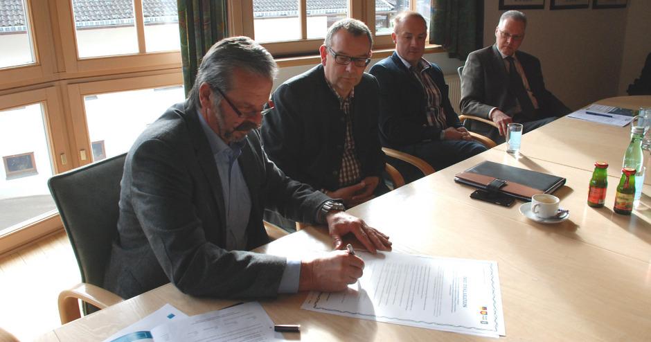Die Bürgermeister Martin Huber (Oberlienz), Ludwig Pedarnig (Schlaiten), Franz Gollner (St. Johann) und Karl Poppeller (Ainet, v.l.) unterzeichneten die Isel-Deklaration.