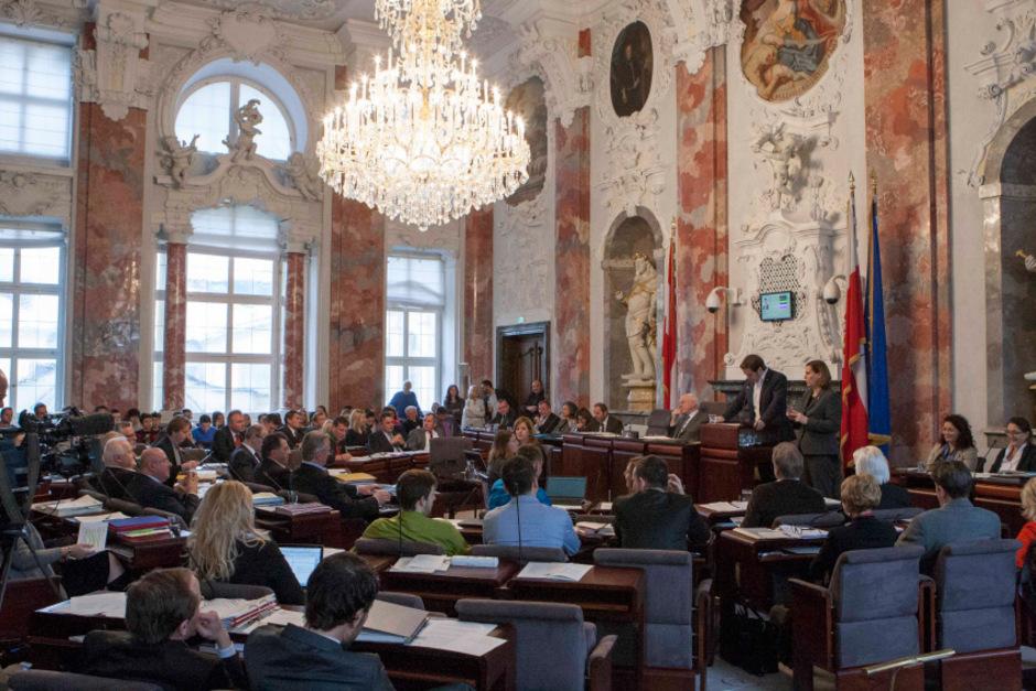 Die Abgeordneten zum Tiroler Landtag, im Hintergrund die Regierung.
