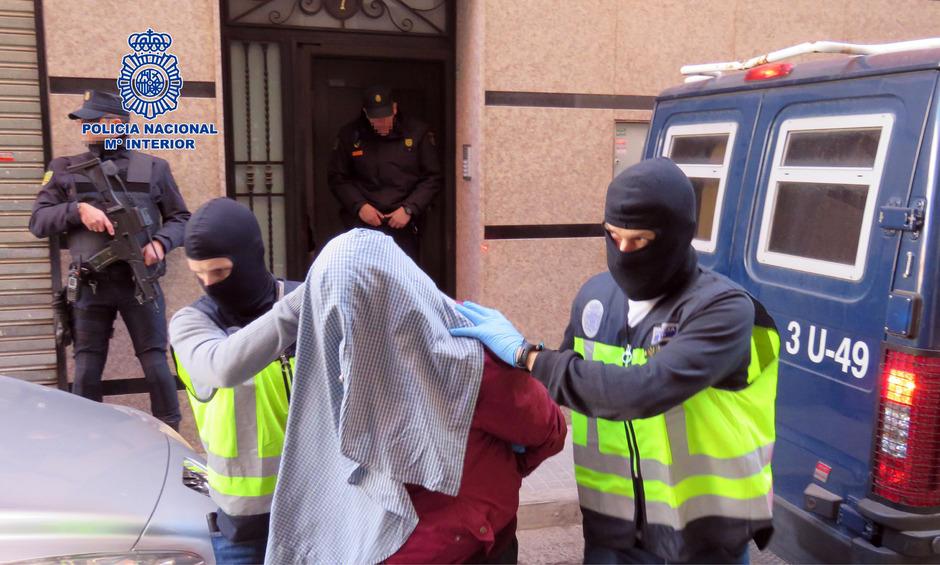 Ein Bild der Polizei zeigt eine der Festnahmen an einem nicht näher benannten Ort.