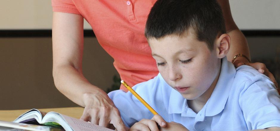 Die Leistungen der Kinder hängen oft von der Bildung der Eltern ab: Aber zu viel elterliches Engagement bei den Aufgaben kann auch schaden.