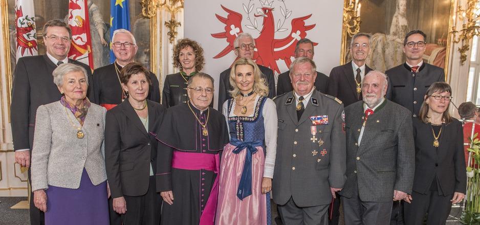 Ehrenzeichen für zwölf herausragende Persönlichkeiten des Landes wurden gestern verliehen. Erzbischof Franz Lackner (r. Mitte) hatte seinen Spaß dabei.