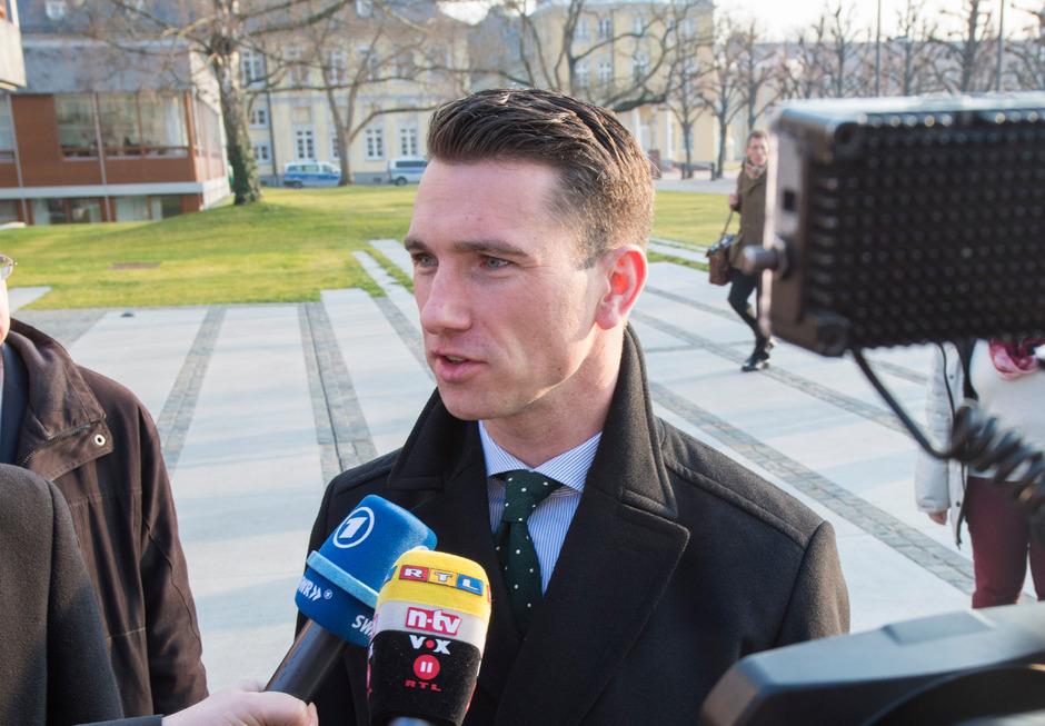 NPD-Parteichef Frank Franz vor dem Sitz des Verfassungsgerichts in Karlsruhe.