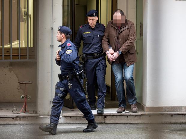 Der 44-jährige Mordverdächtige wird aus seiner Zelle geführt.
