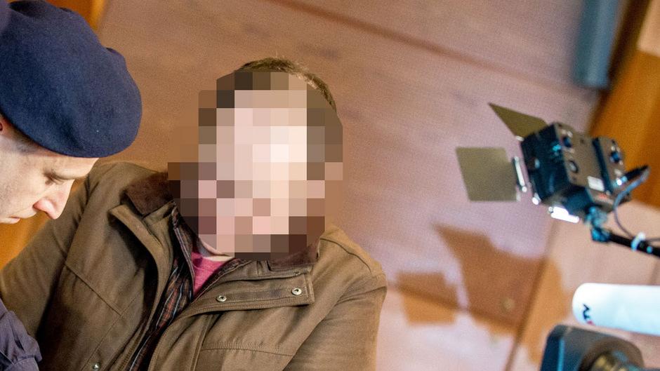 Der Angeklagte bei der Ankunft im Schwurgerichtssaal.
