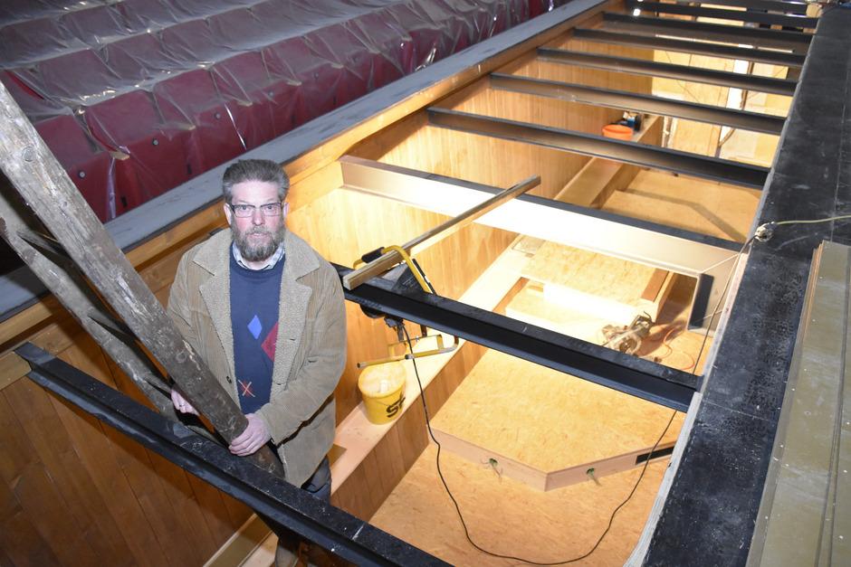 Obmann Johann Kröll begutachtete am Freitag die Umbauarbeiten am Orchestergraben.