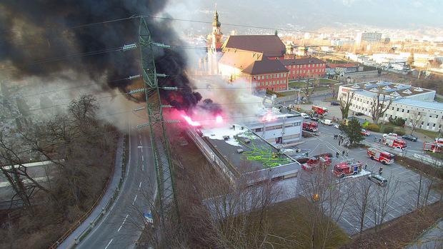 Die Rauchentwicklung des Brandes neben der WIltener Basilika war auf weite Entfernung zu sehen.