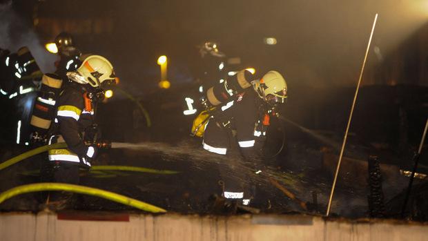 Für die Feuerwehrleute war schwere Atemschutzausrüstung notwendig.