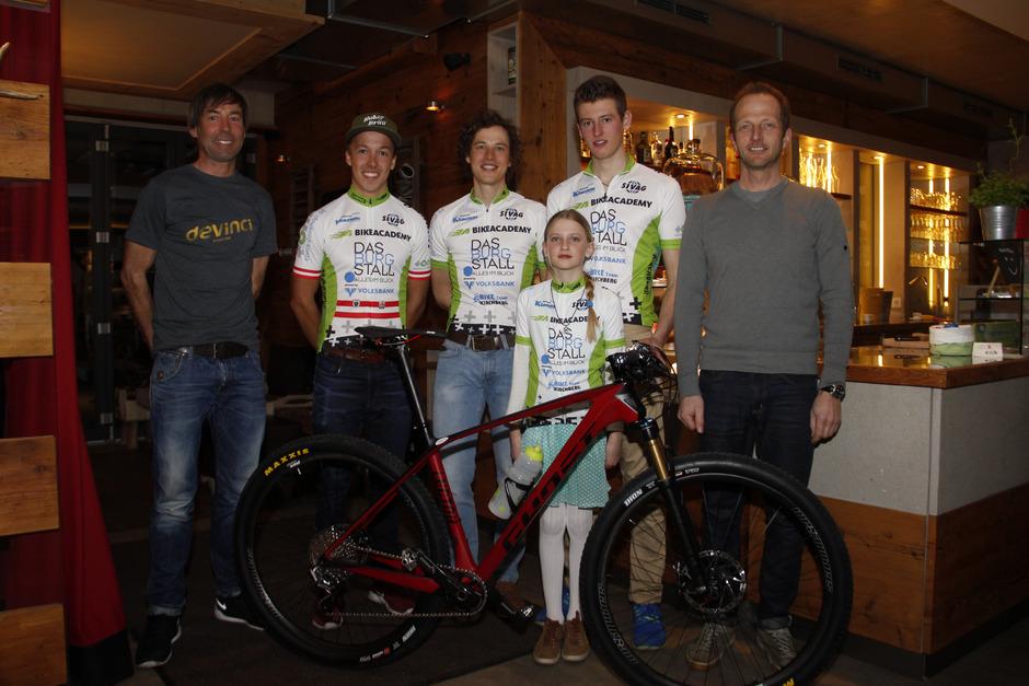 Das Bike-Team präsentierte sich bei einem Sponsorenabend: Günther Foidl, Max Foidl, Dominik Salcher, Armin Embacher, Katrin Embacher, Toni Oberacher.