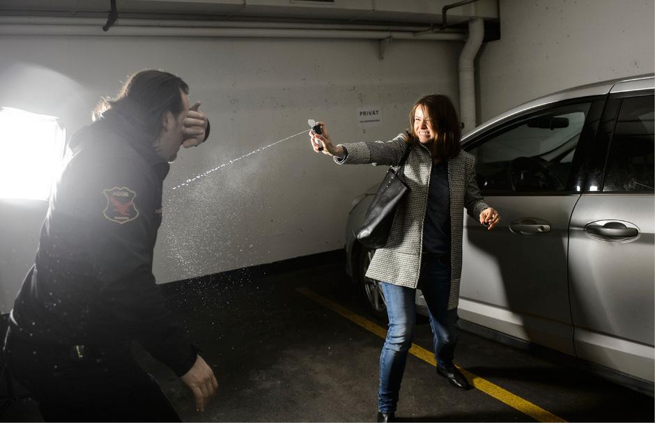Die nachgestellten Szenen mit Selbstverteidigungstrainer Ado Dulas zeigen: Es ist weder leicht, die Augen des Täters zu treffen, noch den Spray in einer Notsituation schnell aus der Tasche zu ziehen.