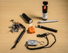 Alternativen zum Pfefferspray: Verteidigungsstäbe am Schlüsselanhänger, stumpfe Gegenstände wie z.B. Taschenlampen oder Taschenalarme.