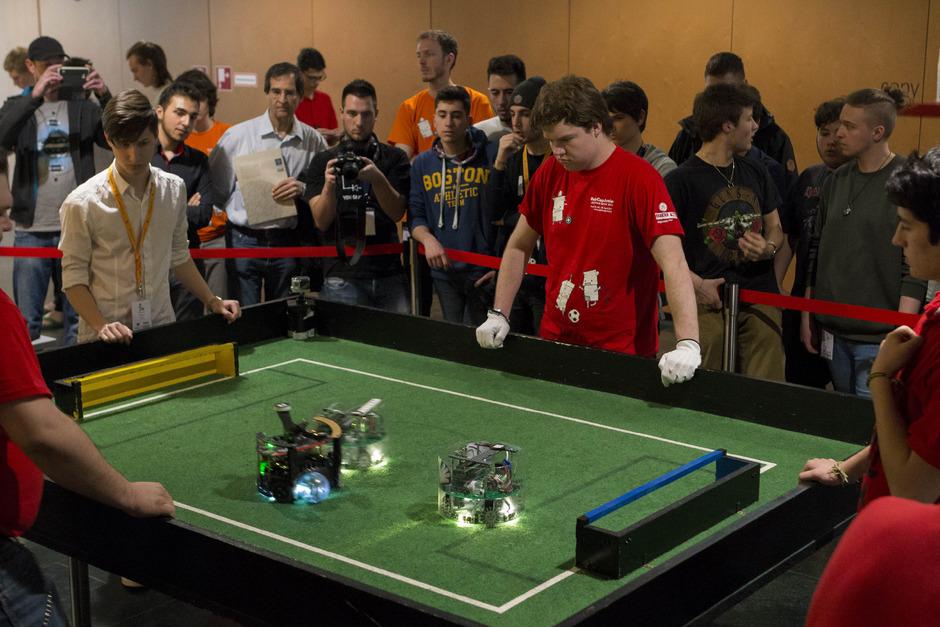 Das Roboter-Fußballfinale zog große Aufmerksamkeit auf sich.