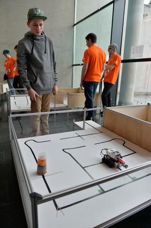 Eingreifen können die Teilnehmer nicht – der Lego-Roboter muss das Ziel selbstständig erreichen