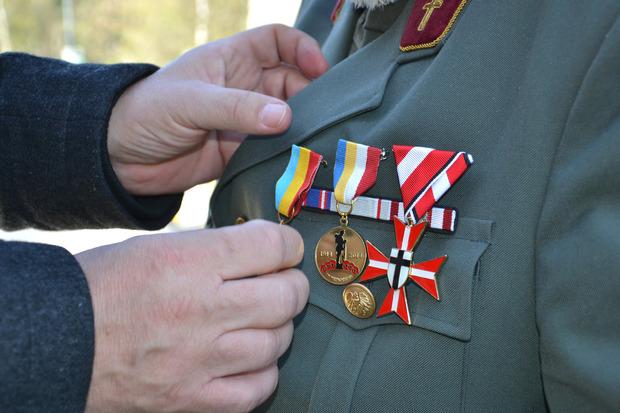 Hermann Hotter vom Schwarzen Kreuz ehrte Vladimir Melichow und Militärpfarrer Richard Rotter. Ihnen wurden Gedenkmedaillen verliehen.
