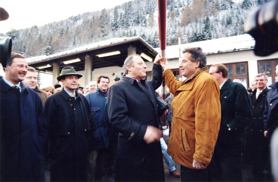 Historischer Moment für die Überwindung der Brennergrenze: Luis Durnwalder (l.) und Wendelin Weingartner heben den Grenzbalken in die Höhe.