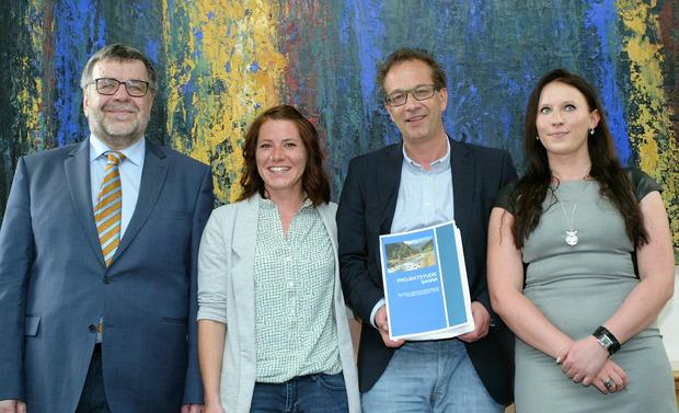 Präsentierten die Studie: Gottfried Tappeiner und BM Wolfgang Jörg mit den Studentinnen Eva-Maria Weinseisen und Julia Sapinsky (v.l.).