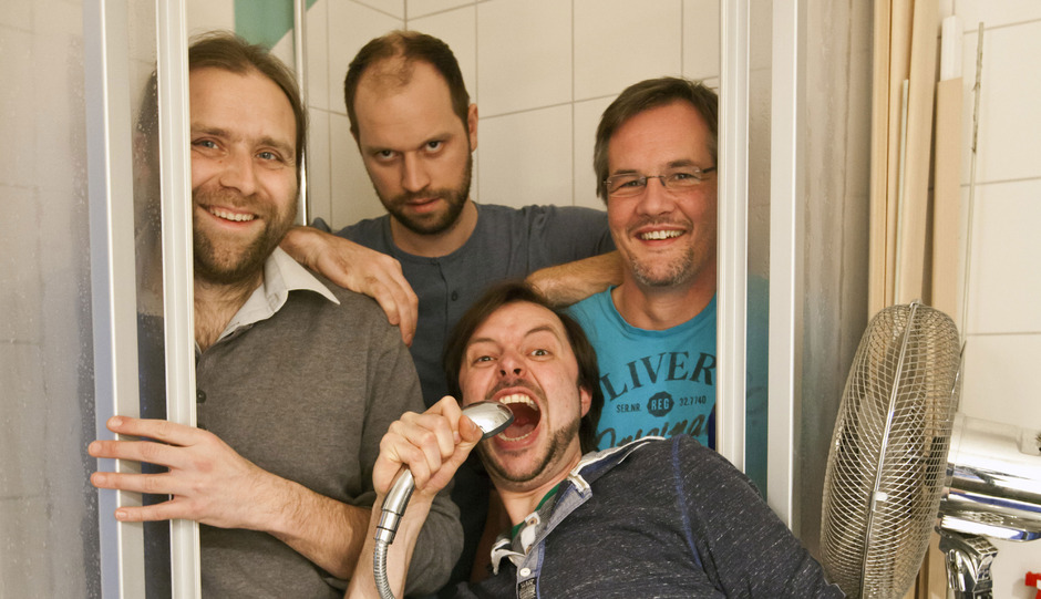 TOI besteht aus Sänger und Gitarrist Stephan Mathoi (vorne), Pianist Alexander Goidinger, Schlagzeuger Philipp Hager und Kontrabassist Wolfgang Henn.