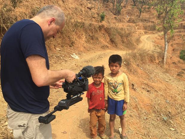 Neugierde auf beiden Seiten: Westliche Besucher, noch dazu mit Fernsehkamera, hat es wohl noch nie in das Dorf Kumpur verschlagen.
