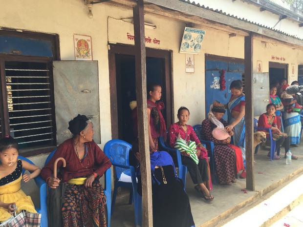 Von weit her kommen Mütter mit ihren Babys in die Krankenstation Salang.