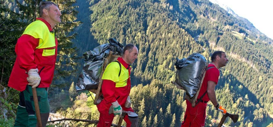 Hansjörg Hörbiger, Christian Pfister und Simon Taxacher (v.l.) wagen sich in Brandberg mit schwerer Ausrüstung in steile Hänge.