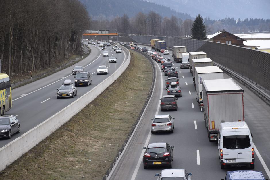Auch auf der Autobahn (hier im Bild bei Angath) ist oft kein Weiterkommen mehr. Das hat auch Auswirkungen auf die ganze Region. Tagesgäste etwa kommen nicht mehr so oft zum Skifahren wie früher.