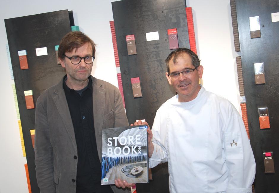 Architekt Harald Kröpfl (l.) und Chocolatier Hansjörg Haag freuen sich über den Landeck-Beitrag im Architektur-Jahrbuch 2016.