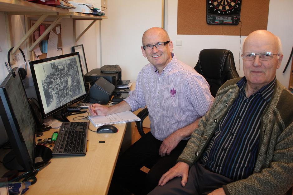 Franz Bode (links) und Wörgls Stadtarchivar Hans Gwiggner bei der Arbeit.