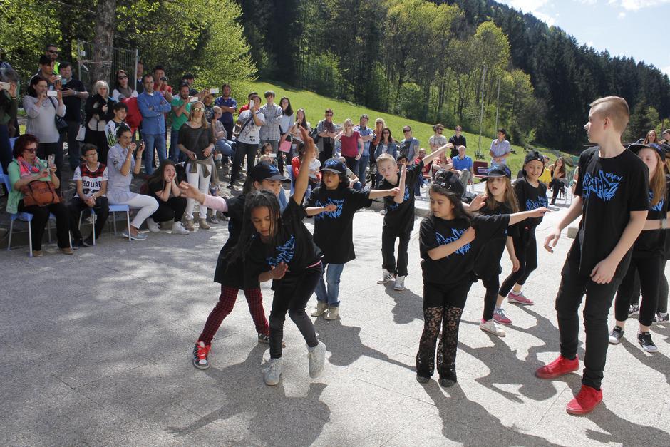 Die schwungvolle Darbietung des Wörgler Hip-Hop-Vereins beim Vernetzungstreffen im Flüchtlingsheim Badl eroberte die Herzen des Publikums im Sturm.