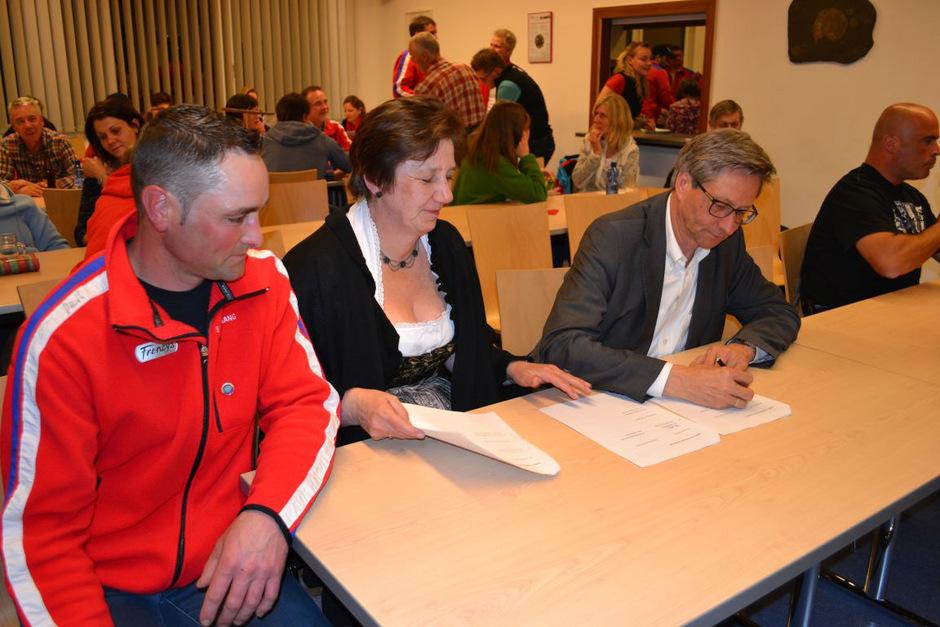 Christoph Kramer, Beate Reichl und Reinhard Schretter bei der Vertragsunterzeichnung.