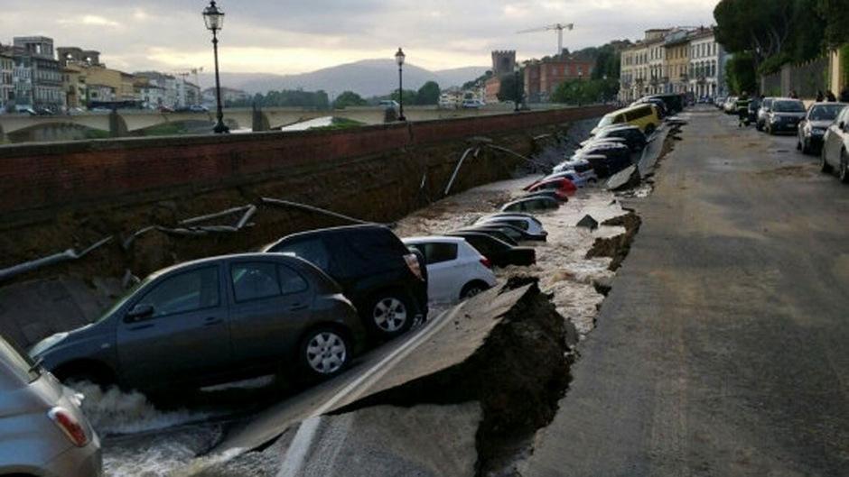 Ein Foto der italienischen Feuerwehr zeigt Autos, de nach dem Absacken der Straße vom Arno verschlungen wurden.