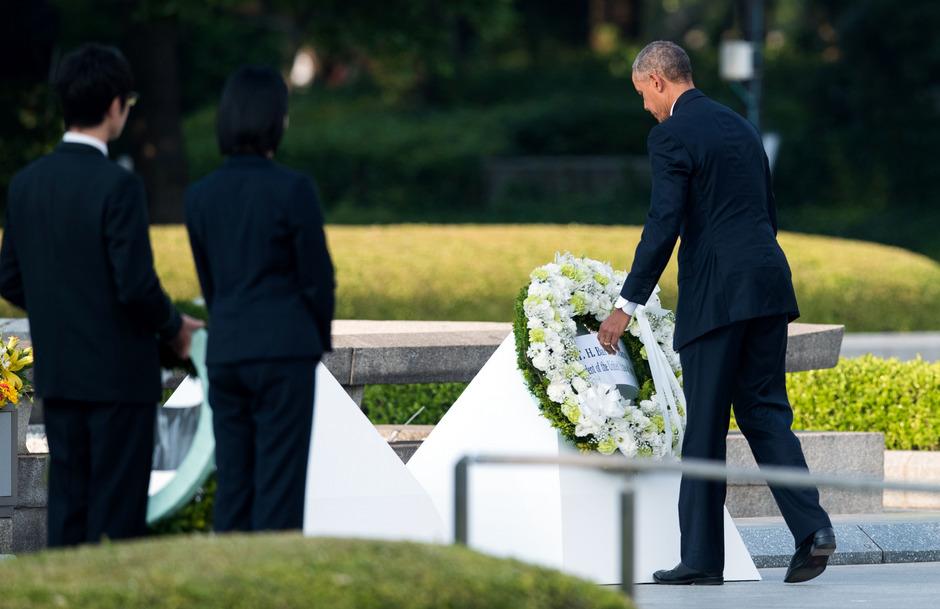 US-Präsident Barack Obama legte im Mai 2016 in Hiroshima am Mahnmal für die Opfer einen Kranz nieder.