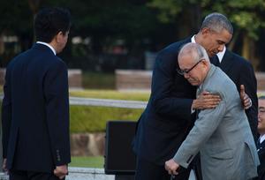 Berührender Moment: US-Präsident Barack Obama umarmt einen Überlebenden des Atomschlags von Hiroshima.