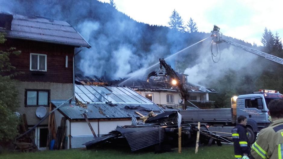 In der Nacht auf Freitag fing das Hauptgebäude des Campingplatzes in Häselgehr Feuer.