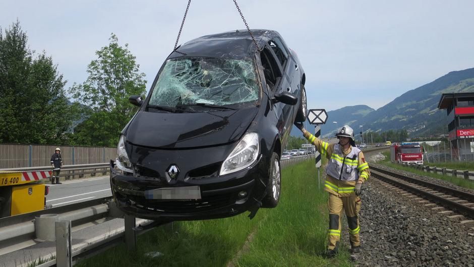 Das Auto wurde schnell von den Gleisen geborgen.