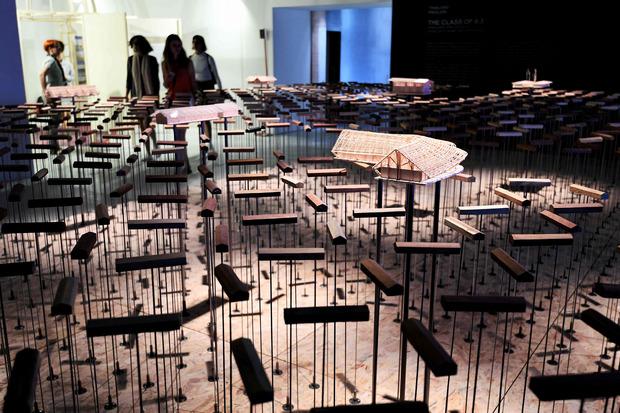 Die Modelle von Architekturen, die im thailändischen Pavillon aufgespießt sind, zittern bei jedem Berühren wie bei einem Erdbeben.