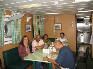 Tafeln mit der Crew. Passagiere und Besatzung essen dreimal täglich zusammen.
